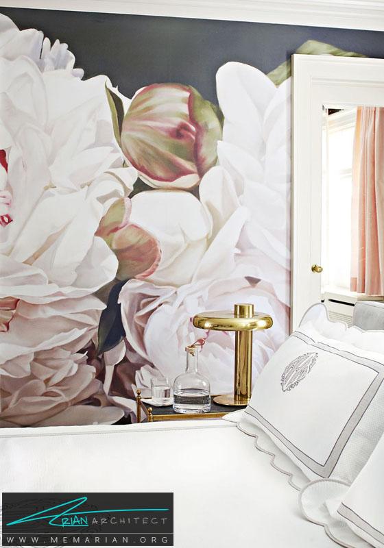 یک اثری هنری شلوغ روی دیوار در کنار تخت خواب ساده - دکوراسیون سیاه و سفید برای اتاق خواب