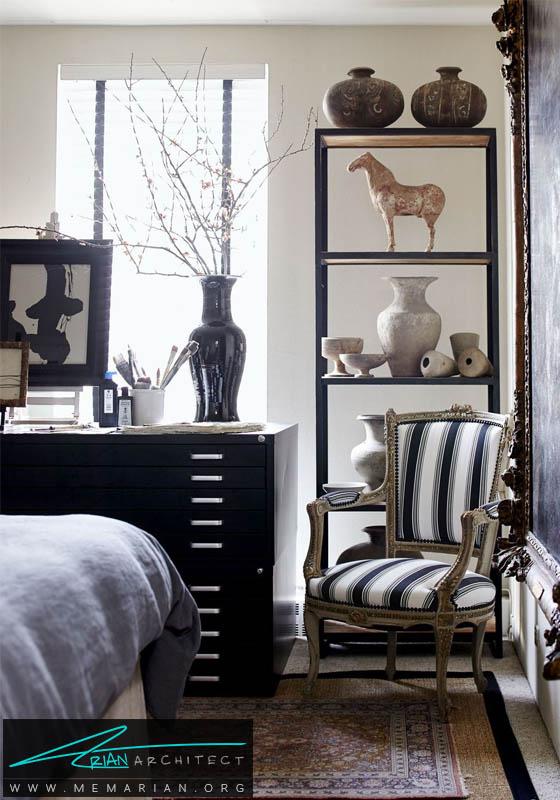 کابینت و قفسه سیاه در کنار لوازم تزئینی قدیمی- دکوراسیون سیاه و سفید برای اتاق خواب