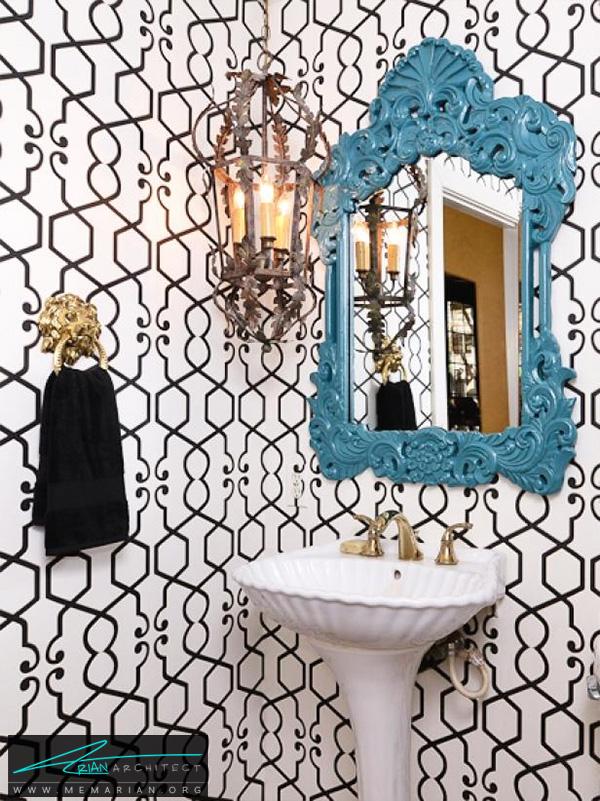 حمام عجیب و غریب با تصویر زمینه الگو و آینه جلب توجه کننده -تزیین دکوراسیون حمام