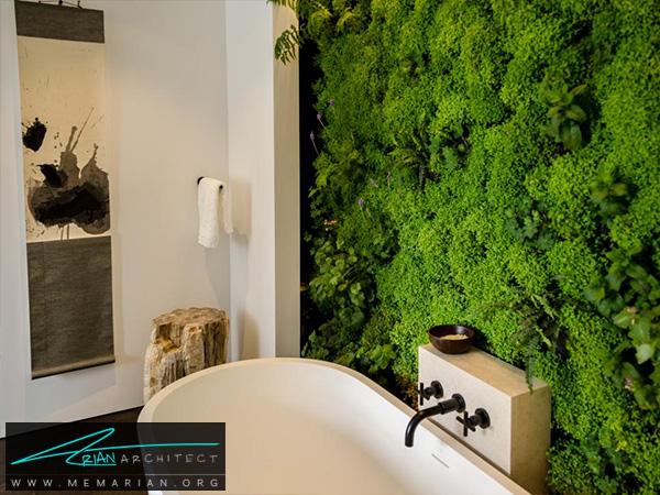 حمام مدرن سفید با دیوار سرسبز -دکوراسیون حمام لاکچری