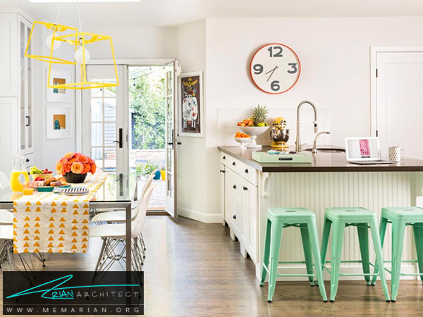 آشپزخانه سفید با ملزومات رنگارنگ -دکوراسیون آشپزخانه لوکس