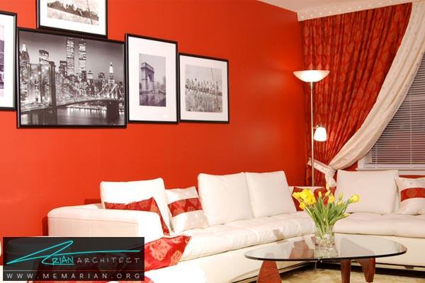 مبلمان سفید در کنار دیوارهای قرمز رنگ - کاربرد رنگ قرمز در دکوراسیون