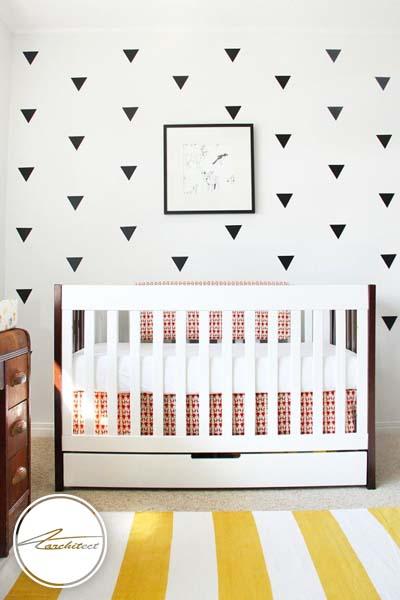 مثلث و نوارها روی دیوار و زمین -اتاق کودک