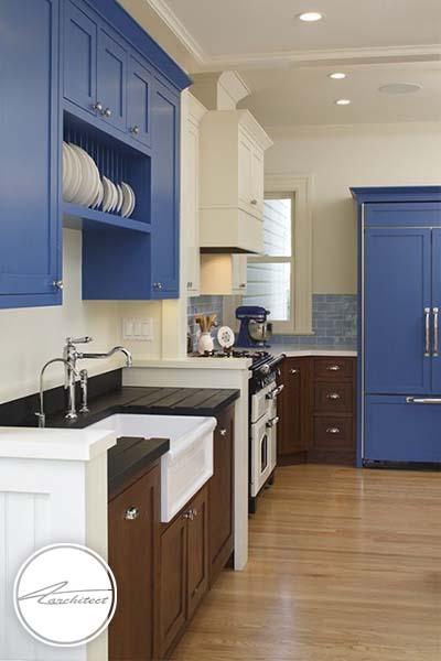 آبی پررنگ و کابینت های قهوه ای -ترکیب رنگ آشپزخانه