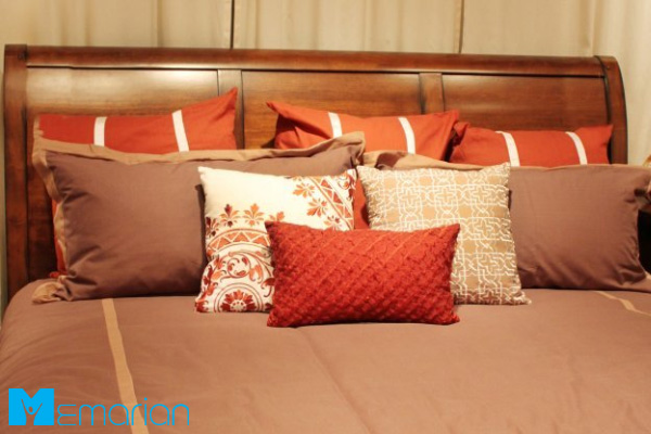 خطاهای رایج در اتاق خواب: بالش های پرتعداد روی تخت