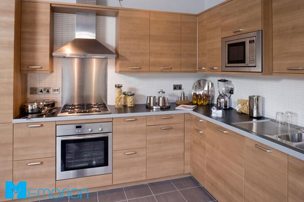 کابینت ساده با رنگ قهوه ای روشن در آشپزخانه ایرانی