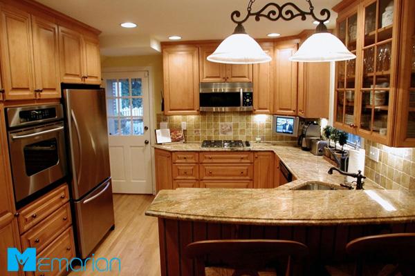 آشپزخانه دنج و صمیمی با کابینت کلاسیک قهوه ای روشن