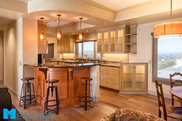 دکوراسیون آشپزخانه شیک و مدرن با کابینت های جادار و کابینت دکوری