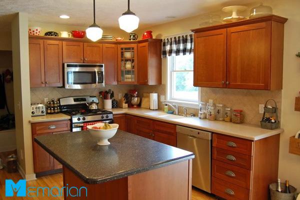 آشپزخانه دنج و شلوغ با کابینت قهوه ای چوبی