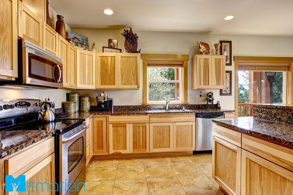 کابینت چوبی قهوه ای در آشپزخانه کلاسیک