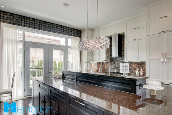 آشپزخانه مدرن و شیک با کابینت های سفید