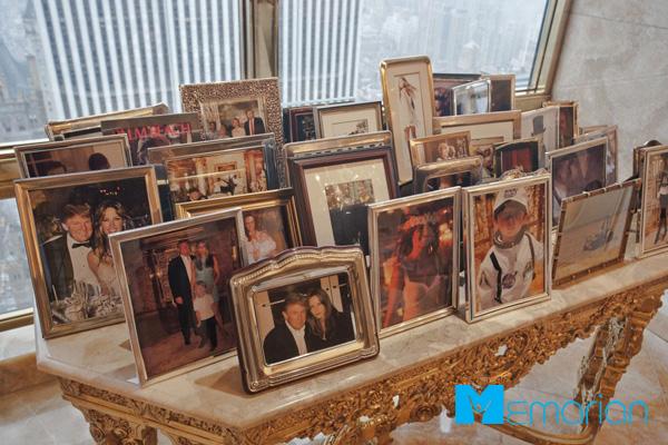 میز قاب عکس های خانوادگی ترامپ