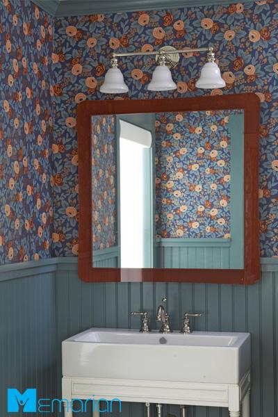 کاغذ دیواری با ترکیبی از رنگ های مودی برای حمامی دنج