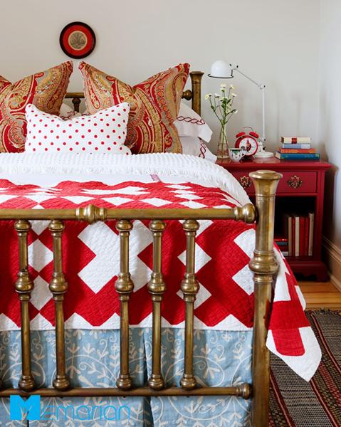 از رنگ قرمز در اتاق خواب کوچک استفاده کنید