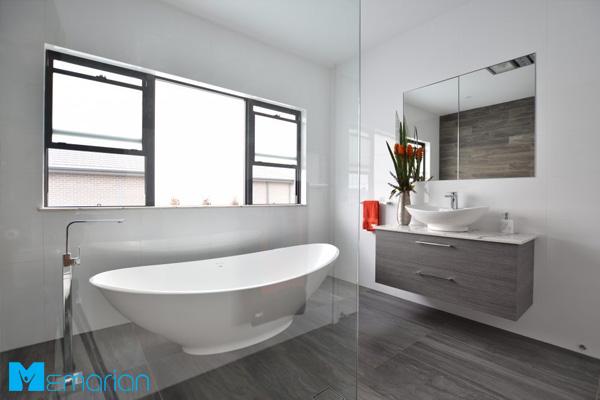 حمام مدرن با پنجره نورگیر عالی