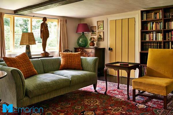 خانه کوچک با فرش ایرانی