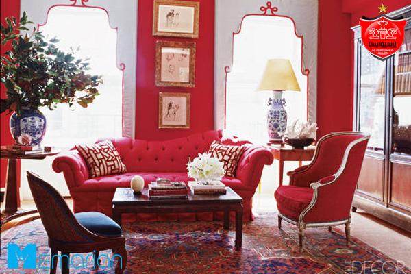 مبلمان قرمز جذاب در کنار آباژور شیک در یک خانه پرسپولیسی