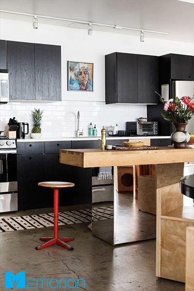 دیوارهای سفید در کنار کابینت قهوه ای - ایده کاشی آشپزخانه