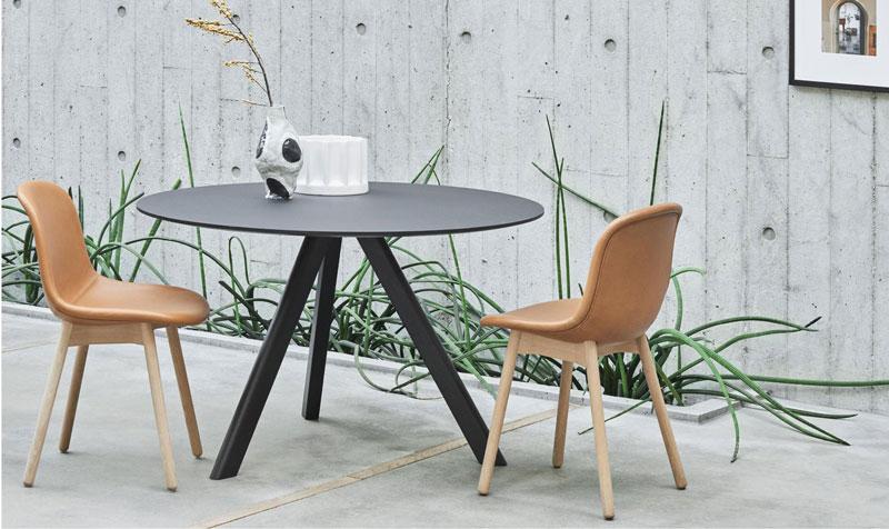 صندلی با پایه چوبی در فضای باز